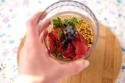 Чеснок имбирь петрушка томатная паста и специи в чаще блендера