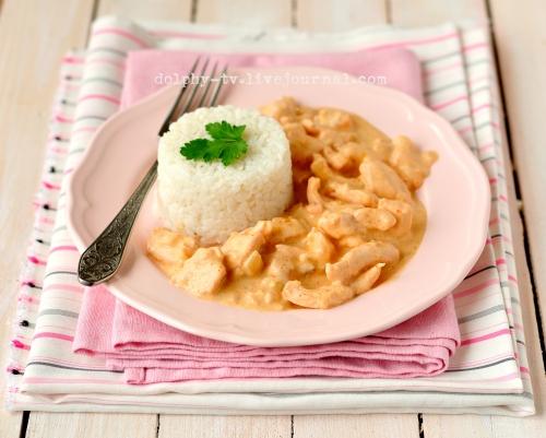 Куриное филе в сметанном соусе с паприкой и рисом на гарнир