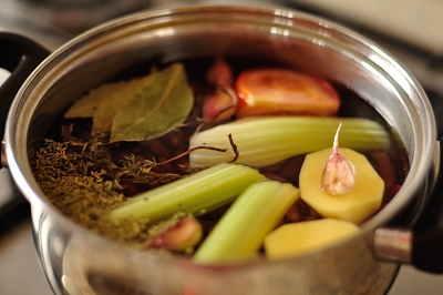 Варка фасоли с сельдереем чесноком лавровым листом и картофелем