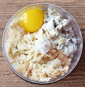 В чашу собирается рыбное филе яйцо размоченный хлеб