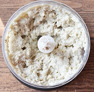 Перемолотая масса из рыбного филе сырого яйца и хлебного мякиша для фрикаделек