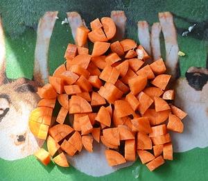 Морковь нарезанная кубиками для супа с рыбными фрикадельками