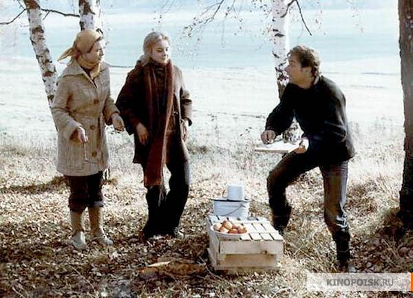 Кадр из фильма Москва слезам не верит на котором Гоша жарит шашлыки на природе