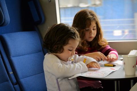Дети играющие в разные игры в поезде