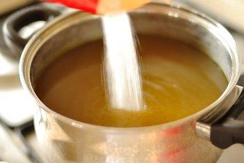 В настой одуванчиков насыпается необходимое количество сахара