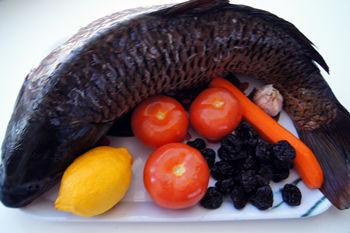 Продукты необходимые для запекания фаршированного карпа с черносливом и овощами