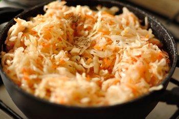 К мясу бульону и специям присоединяются квашеная капуста с картошкой и тушатся