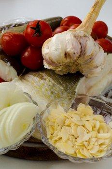 Необходимые продукты для приготовления трески под миндально овощным соусом