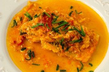 Филе трески под томатно - миндальным соусом в тарелке