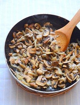Процесс обжаривания лука с грибами с добавлением соли черного молотого перца и мускатного ореха