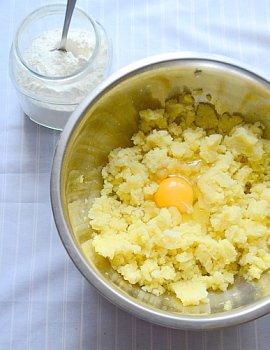 Добавление в пюре из картошки яиц и муки