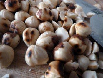 Поджаренные на сковороде лесные орехи перед измельчением