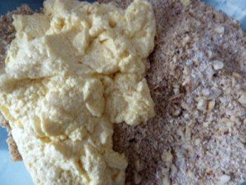 Смешивание масляно яичной смеси с овсяными хлопьями орехами разрыхлителем ванильным сахаром и ароматизаторами