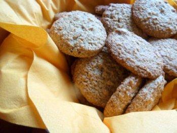 Печенье из геркулеса с орехами склеенное шоколадом лимонной глазурью или сиропом из варенья