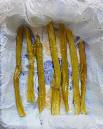 Черешки ревня политые карамелью в форме для запекания выложенной пергаментом