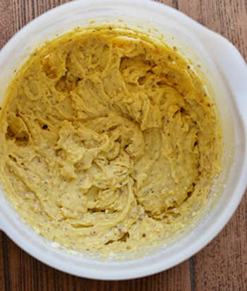 В сахарно яичную смесь добавлена мука молотые орехи и разрыхлитель