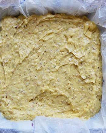 Пирог с ревенем перед выпеканием в духовке