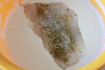 Рыба посыпанная специями до погружения в кляр