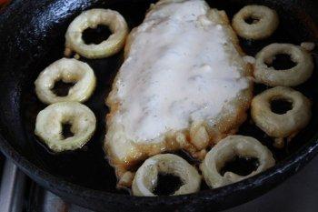 Филе и кольца лука в кляре обжариваемые на сковороде