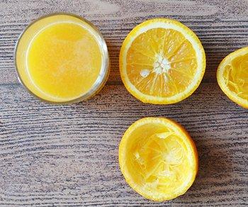 Свежевыжатый сок для добавления в смузи с овсянкой и порезанные пополам апельсины