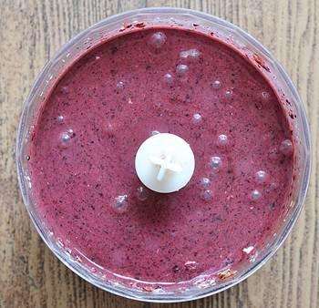 Взбитые в блендере сок и пюре из йогурта и ягод