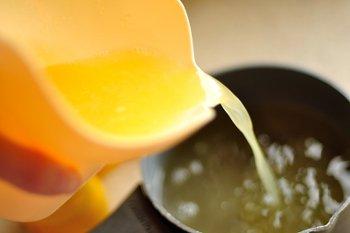 Добавление лимонного сока в сахарный сироп