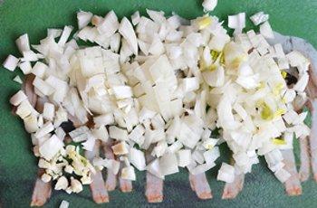 Мелко измельченные лук и чеснок для приготовления соуса к макаронам
