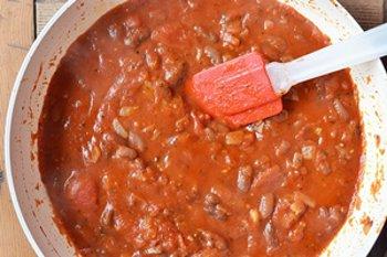 В томатную смесь к макаронам добавляются фасоль соль и перец