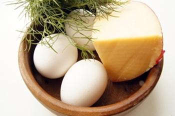 Продукты для приготовления омлета с сыром