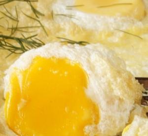 Готовый омлет с сыром и зеленью на завтрак