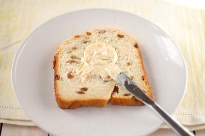 Смазать ароматным маслом ломтики кулича или хлеба