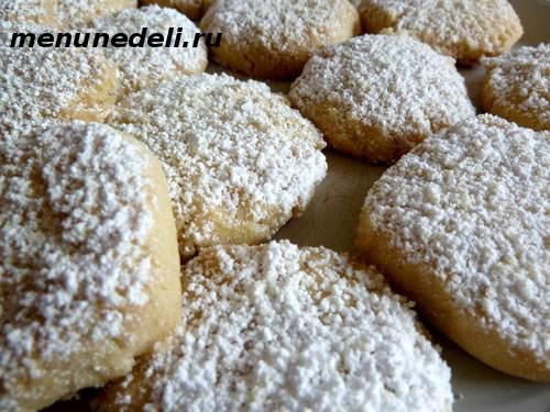 Готовое нежное и хрустящее печенье по итальянски посыпанное сахарной пудрой