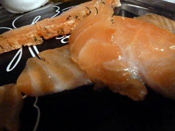 Порезанная кусочками слабосоленая семга для блинчиков