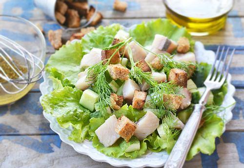 Салат с селедкой и гренками