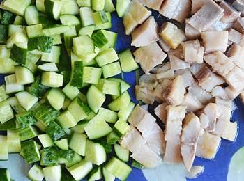 Нарезанные ингредиенты для салата с селедкой