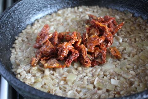 Перловая каша в сковородке с вялеными томатами