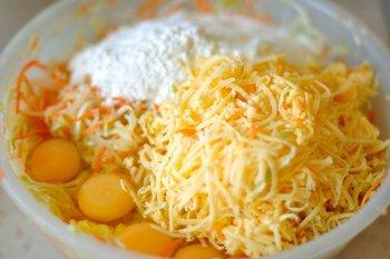 В мелко измельченные овощи добавлены мука сыр яйца и оливковое масло
