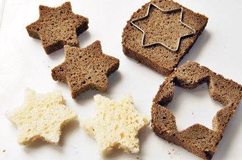 Формами для печенья из черного и белого хлеба вырезается форма для канапе