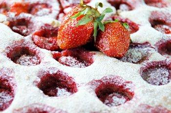Клубничный пирог посыпанный сахарной пудрой с ягодами клубники