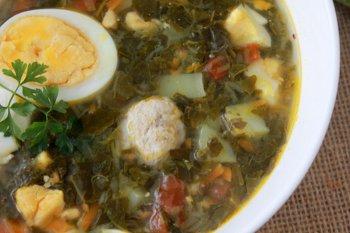 Готовый суп с щавелем яйцом  фрикадельками и помидорами