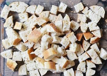 Белый хлеб порезанный небольшими кубиками