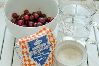 Ингредиенты для киселя из вишни на столе