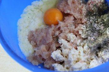 Ингредиенты для приготовления куриных котлет с творогом перед перемешиванием