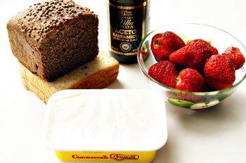 Ингредиенты для приготовления канапе с сыром белый и черный хлеб клубника плавленный сыр