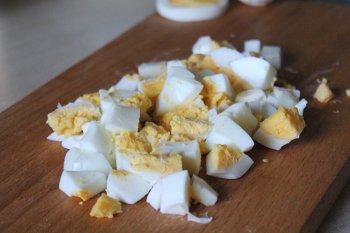 Очищенные и порезанные кубиком яйца