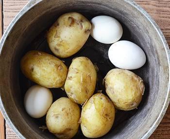 Отваренные и охлажденные до готовности картофель в мундире и яйца в скорлупе