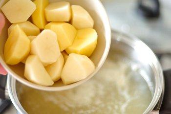 Нарезанный крупными частями картофель добавляется в рыбный бульон для приготовления щавелевого супа