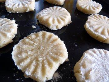 Печенье погруженное в муку с двух сторон и выложенное на противень перед запеканием