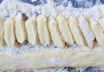 Тесто из творога яиц масла и муки порезанное ломтиками средней толщины