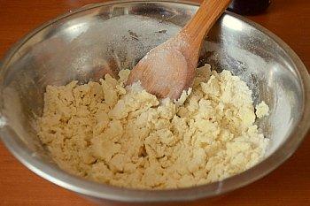 Мягкое масло растирается с мукой солью сахаром и ванильным сахаром